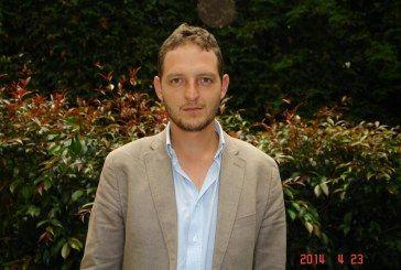 Poeta Santiago Espinosa vota Manuel Sarmiento Concejo Polo 3