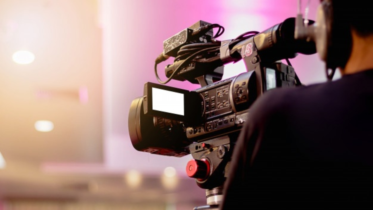 camarografo-profesional-cubriendo-evento-video_48710-132